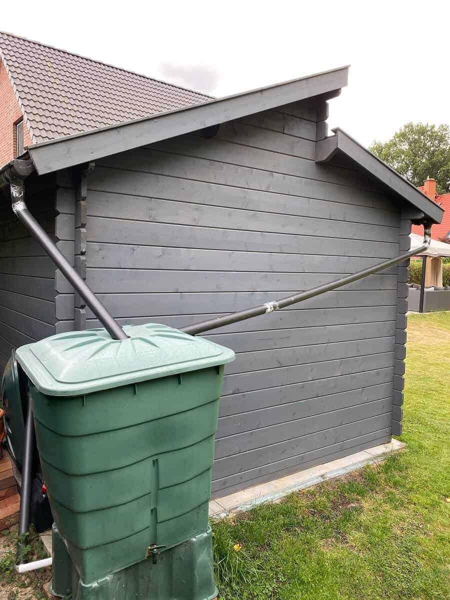 wir haben die beiden fallrohre der regenrinne vom gartenhaus direkt in der regentonne enden lassen wodurch der aufbau sehr einfach war