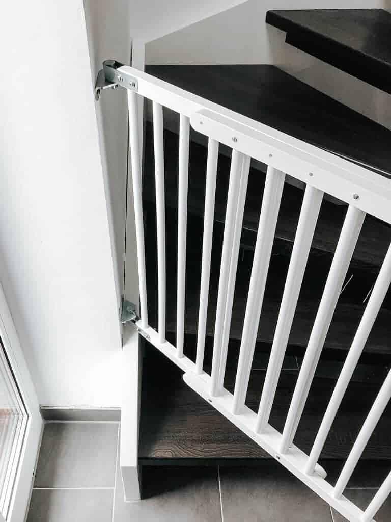 das treppenschutzgitter haben wir bei der zweiten stufe angebracht die unterste stufe mussten wir aufgrund der bauweise der treppe auslassen