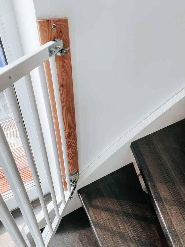 um dem treppenschutzgitter mehr stabilität zu verleihen haben wir eine holzleiste an der wand montiert und das gitter daran befestigt