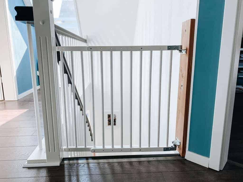 weil die wand einen knick macht arbeiten wir im obergeschoss mit einer holzleiste an der wir das treppenschutzgitter befestigt haben