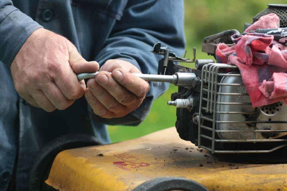 tipps zur fehlersuche bei benzin rasenmähern benzin zufuhr prüfen luftfilter prüfen luft in der leitung zündung und zündkürze