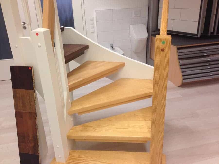 der grüne punkt auf dem rechten pfosten signalisiert den inklusiv standard den wir bei unserem bauträger hatten wir haben dann später beim treppenbauer eine eigene treppe ausgesucht