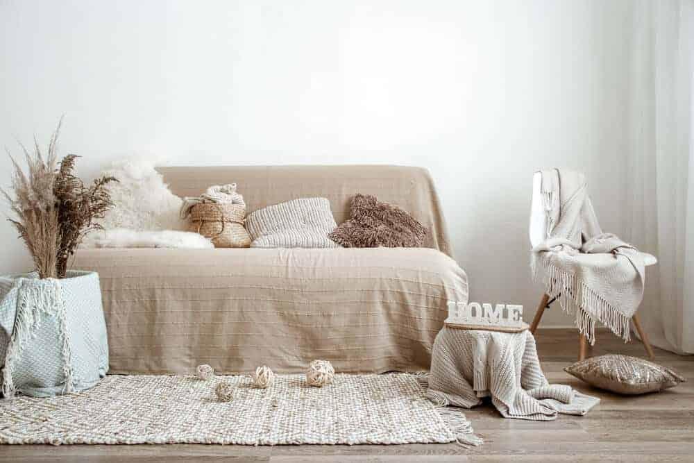 Mit Überwürfen und Hussen kann das alte Sofa im neuen Glanz erscheinen
