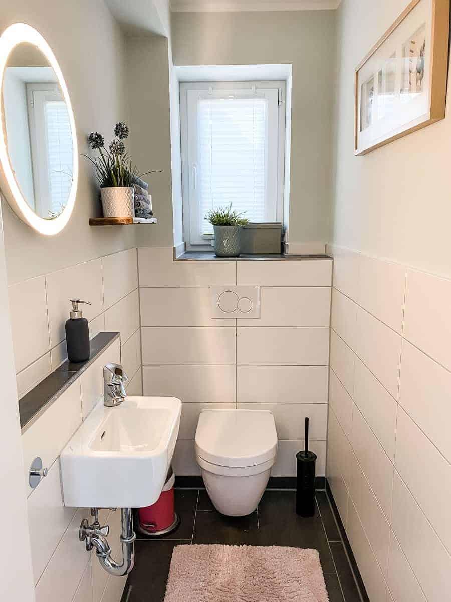 unser spülrandloses wc im gäste wc ist an der wand montiert sichtbar ist nur ein taster zum spülen