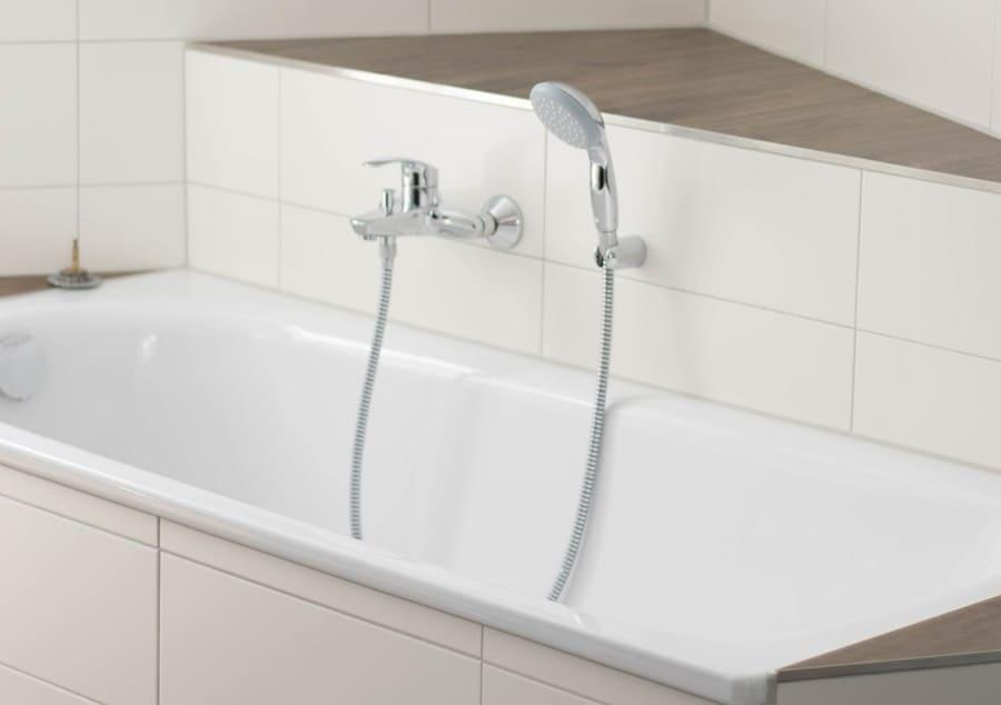 wir haben für etwa euro extra eine standard badewanne über eck mauern lassen was uns tolle ablageflächen gebracht hat
