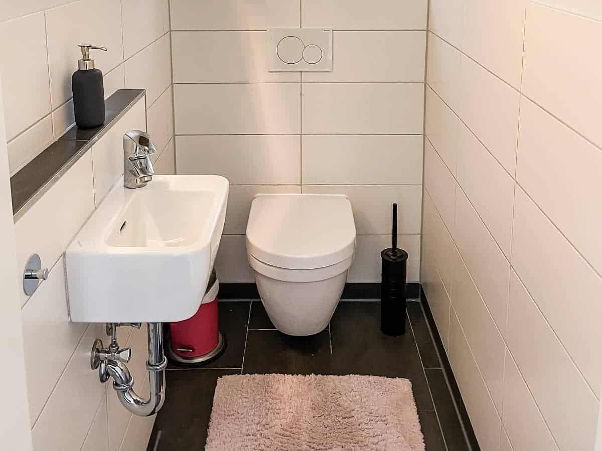 Wir haben uns beim Hausbau bewusst für wandhängende, spülrandlose Toiletten entschieden, weil sie hübscher und einfacher zu reinigen sind