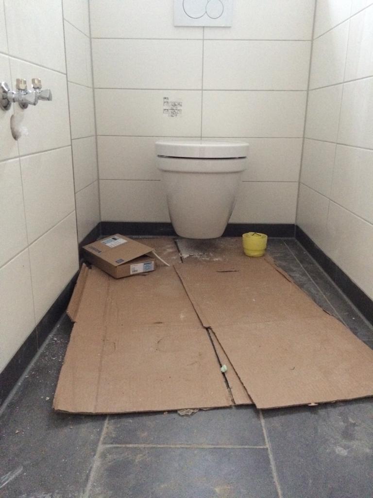 wir haben uns beim hausbau für toiletten entschieden die man an der wand befestigt der gesamte aufbau ist dabei hinter den fliesen verschwunden