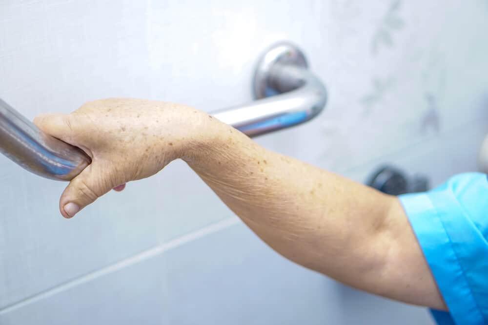 behinderten und seniorengerechte toiletten verfügen idealerweise über einen griff mit dem das aufstehen erleichtert wird