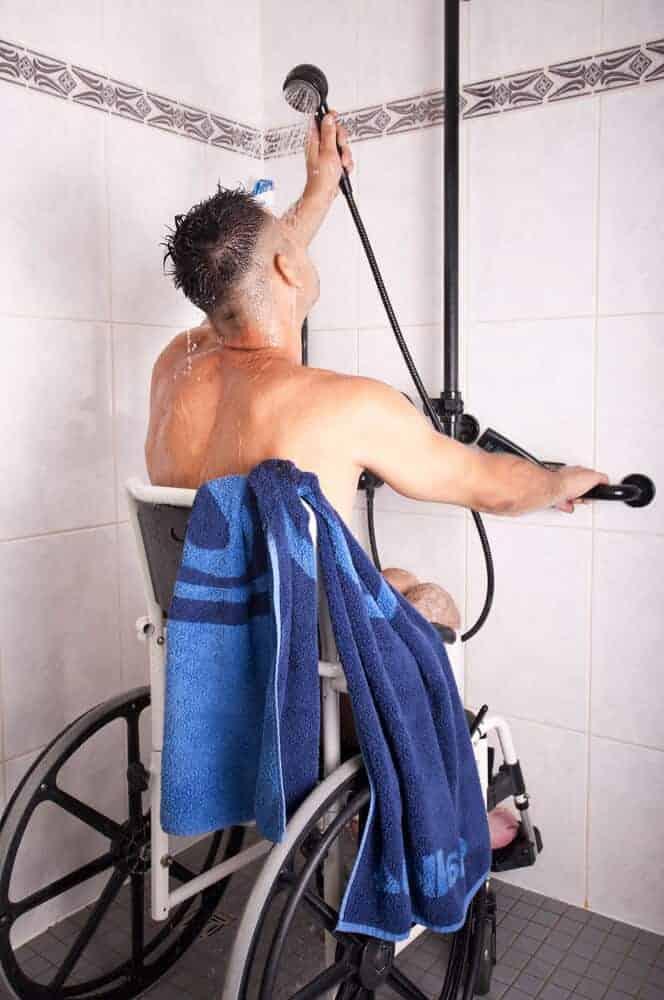 für rollstuhlfahrer ist es enorm wichtig im badezimmer und in der dusche möglichst viel bewegungsfreiheit zu haben