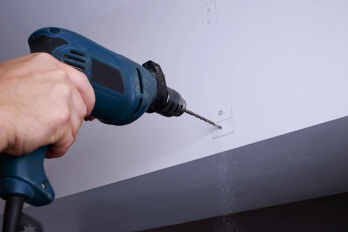 Loch in die Wand bohren - Hier finden Anfänger sechs Tipps, wie man vorgehen kann, um Löcher in die Wand zu bohren