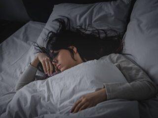 zu einem erholsamen schlaf gehoeren unter anderem ein angenehmes raumklima das richtige bett