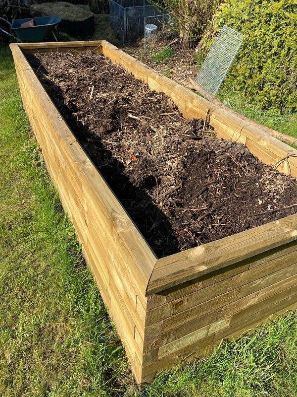 Das Hochbeet besteht aus mehreren Schichten, unter anderem Rasenschnitt und kompostierter Erde