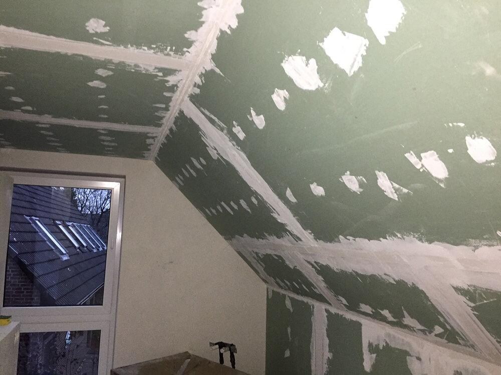 Die Rigipsplatten im Badezimmer sind gespachtelt, nun muss geschliffen werden