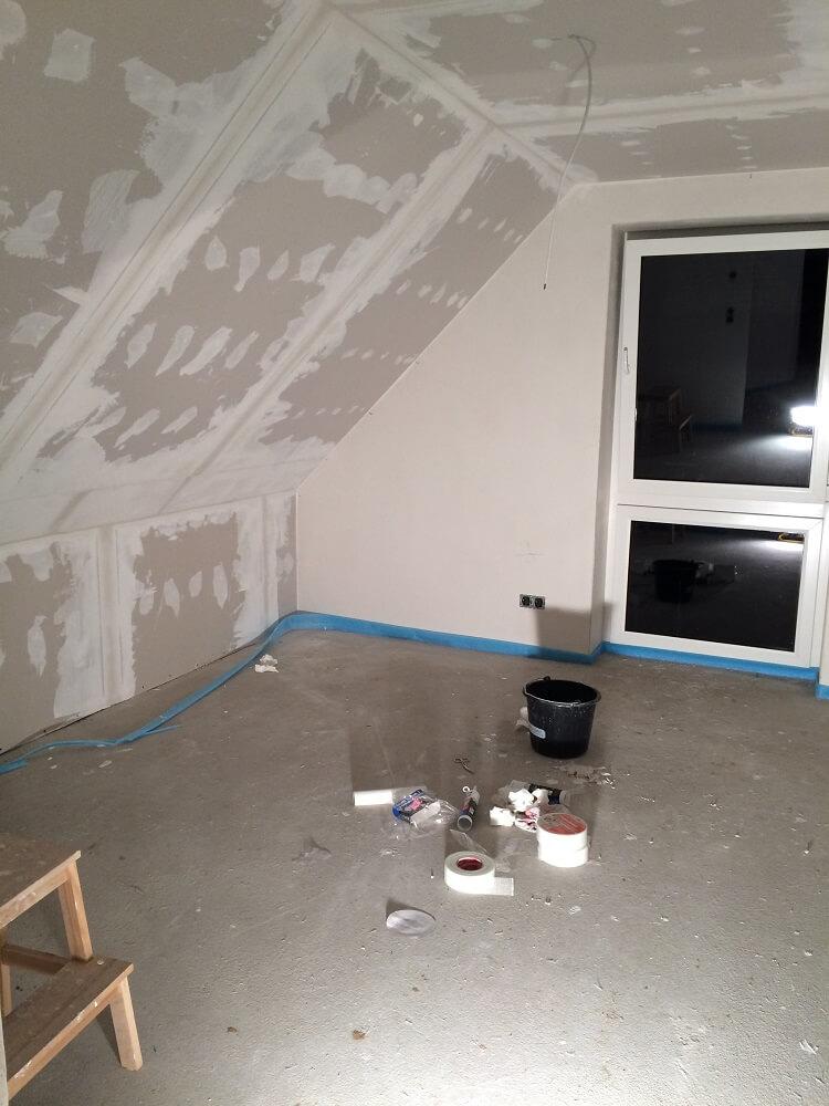 Die Rigipsplatten im Schlafzimmer sind gespachtelt und geschliffen, als nächstes kommt die Tapete