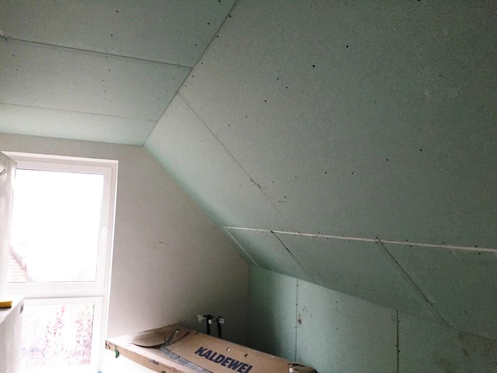 Im Badezimmer werden imprägnierte Gipskartonplatten verwendet, die ganz normal gespachtelt werden müssen
