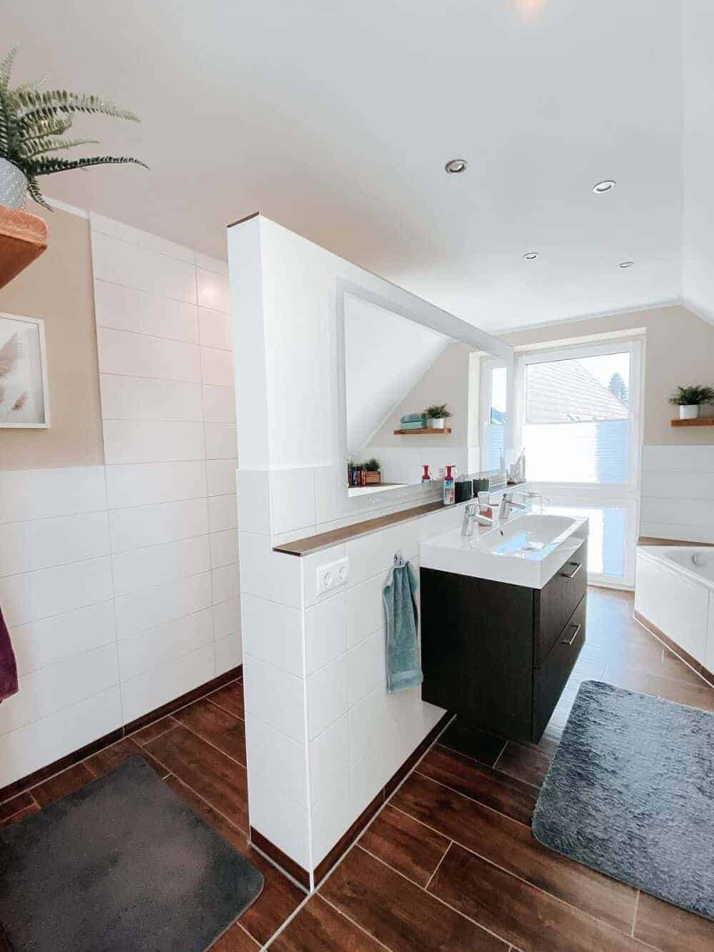 Unser Badezimmer ist heute in einer Mischung aus weiß und beige gestrichen, Schweberegale sorgen für gemütliche Atmosphäre