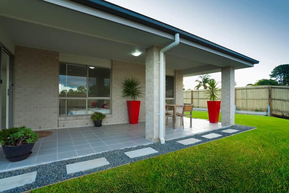 Bei einem Bungalow mit Flachdach kann man die Terrasse direkt mit überdachen