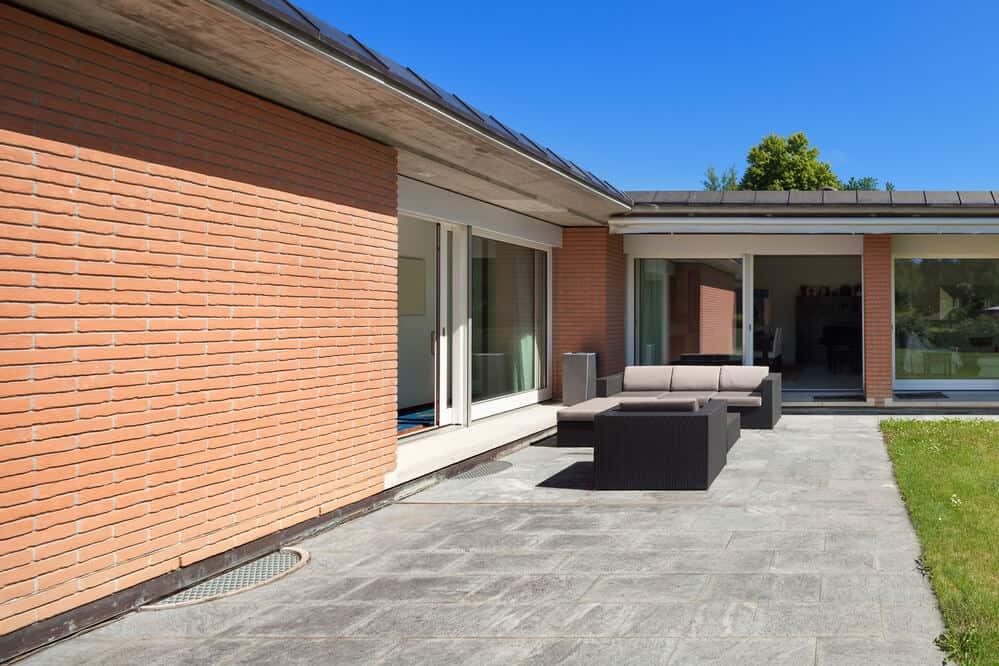 Bei einem Winkelbungalow kann man die Terrasse und den Garten aus mehreren Räumen erreichen