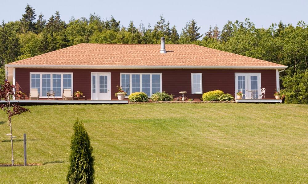 Bei einem breiten Bungalow kann man die Terrasse toll über die gesamte Seite ziehen und aus vielen Räumen erreichbar machen