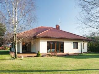 Ein Bungalow mit großem Garten ist eine tolle Variante des Einfamilienhauses für Familien