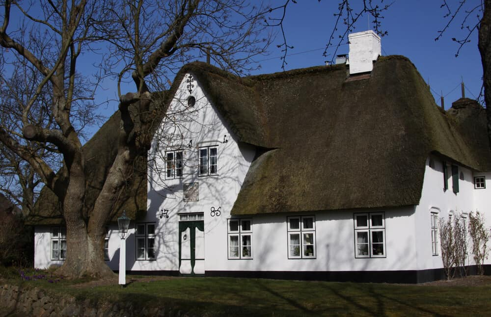 Ein Friesenhaus mit Reetdach in Keitum auf Sylt - klassische Bauweise und typisch in Norddeutschland