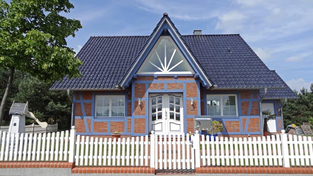 Ein farbenfrohes Friesenhaus mit großen Fenstern, die für viel Licht im Eingangsbereich sorgen
