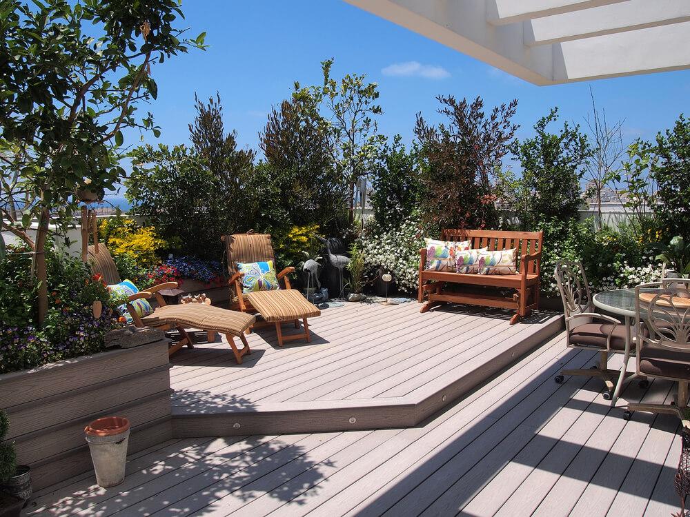 Eine Terrasse mit Pflanzen im Hintergrund