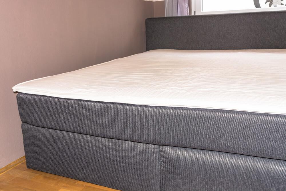 Dachschrägen - Boxspringbett mit niedrigem Kopfteil bietet die Möglichkeit, auch bei wenig Stellfläche ein solches Bett zu nutzen