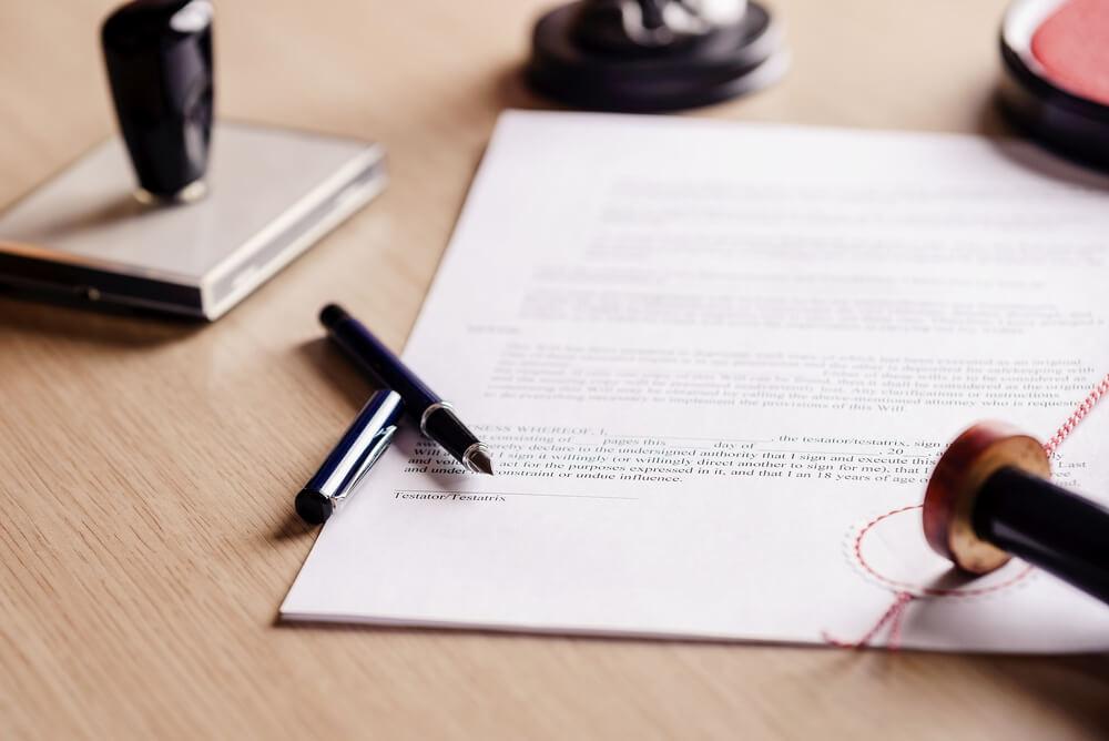 Der Teilverkauf wird inklusive Nutzungs- und Niebrauchrecht notariell beurkundet und ins Grundbuch eingetragen