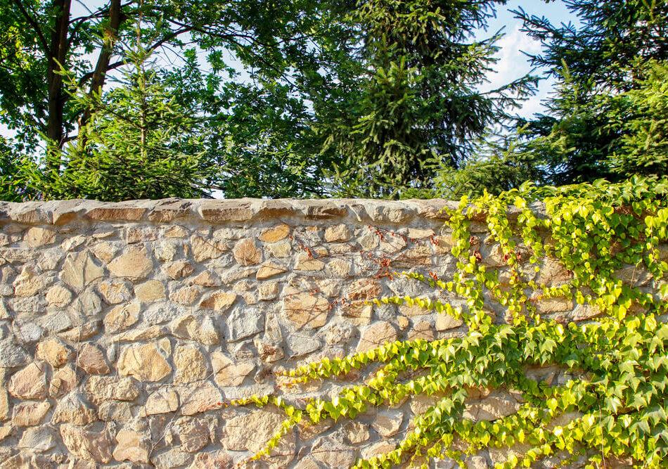 Gartenmauern lassen sich aus den unterschiedlichsten Materialien selber bauen - Übersicht, Tipps und eine Checkliste