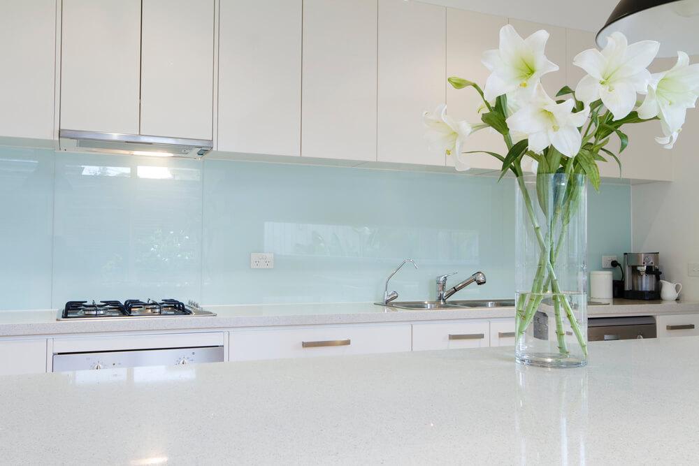 In der Küche eignet sich Glas gut als Verkleidung für die Wand, da Spritzwasser einfach abgewischt werden kann