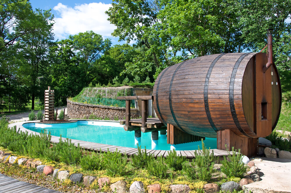 Saunafass mit Pool - Wer das nötige Kleingeld und den Platz im eigenen Garten hat, baut sich um seine Fasssauna einfach noch einen kleinen Pool zur Abkühlung