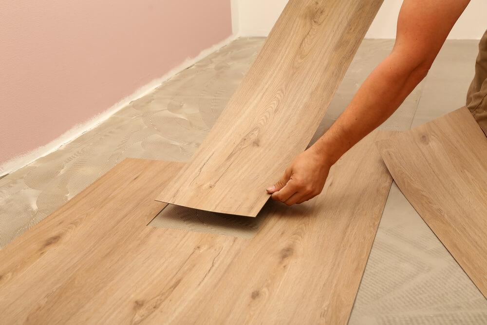 Selbstklebender Vinylboden, Kleber oder Klick - Es gibt verschiedene Arten, wie man einen Vinylfussboden verlegen kann