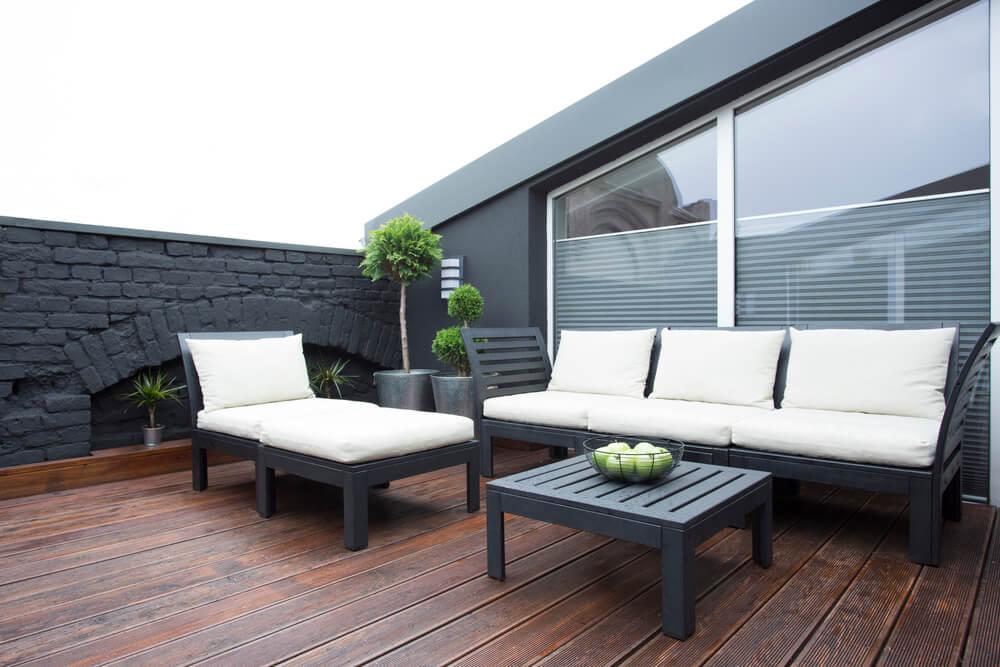 Steinmauern sind als Material für Gartenmauern enorm beliebt, eignen sich aber auch wie in diesem Beispiel toll für Dachterrassen