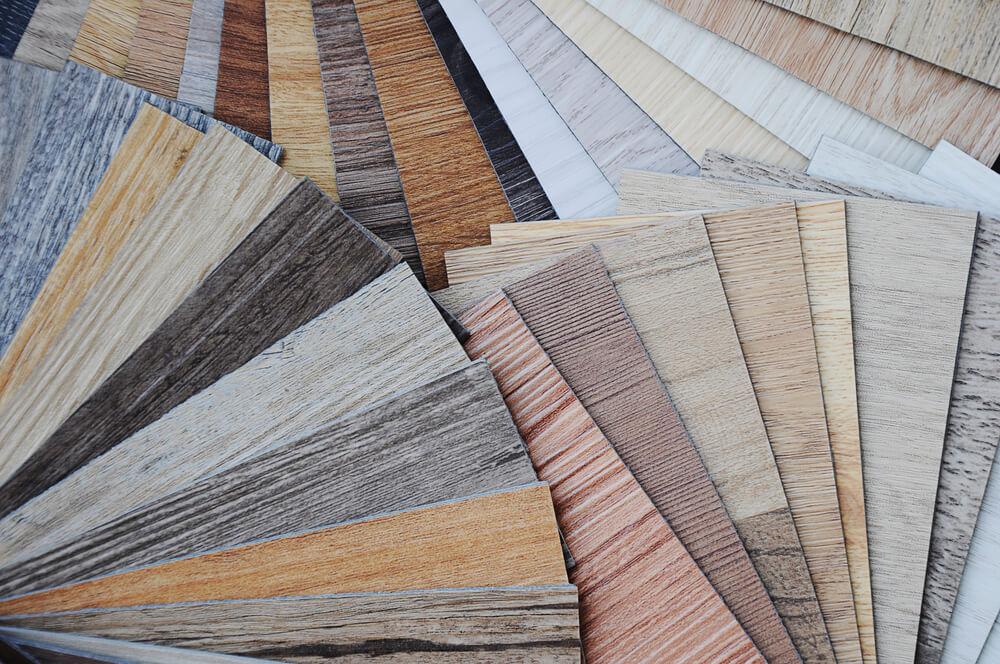 Vinylboden gibt es in ganz verschiedenen Farben und Mustern, so dass für nahezu jeden Geschmack etwas zu finden ist