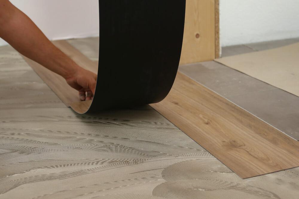 Vinylboden kann klebend oder mit Klickmechanismus verlegt werden