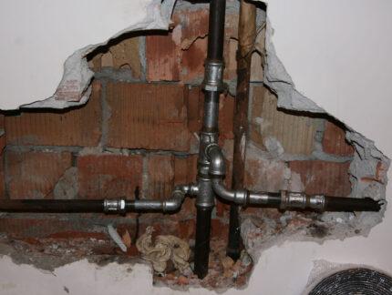 Um den Rohrbruch reparieren zu können, muss meistens die Wand aufgestemmt werden