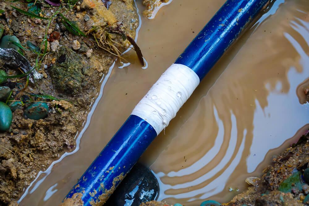Wenn ein Rohr ein kleineres Leck hat, kann Isolierband als Sofortmaßnahme geeignet sein - eine Dauerlösung ist es aber natürlich nicht