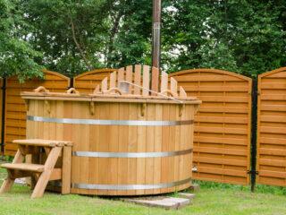 Der Hot Tub - ein Badefass aus Holz - erfreut sich immer größerer Beliebtheit - Infos zum Aufbau, der Reinigung und dem Überwintern