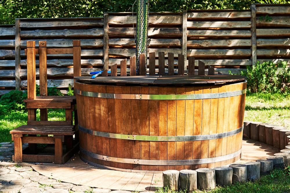 Hot Tubs verfügen meist über einen integrierten Holzofen mit Abzugsrohr - Alternativ gibt es das Badefass auch elektrisch