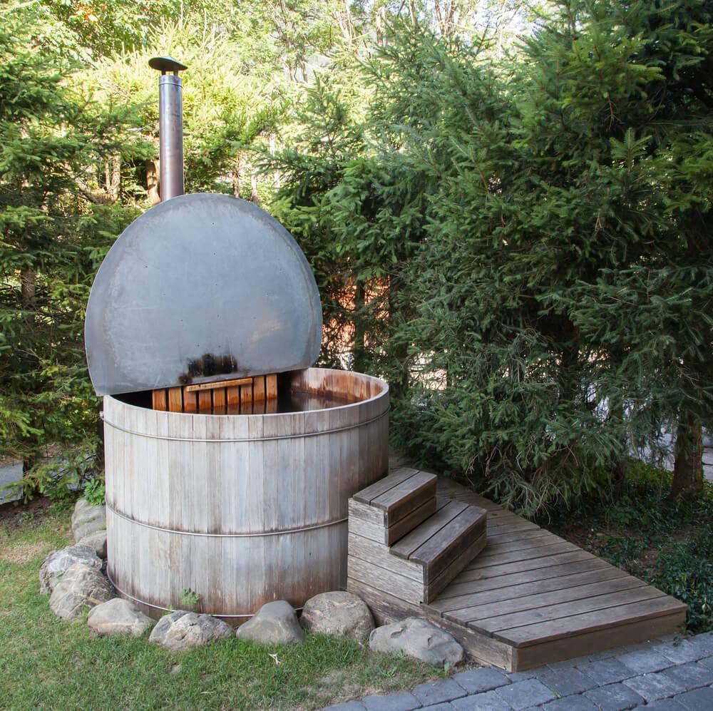Viele Menschen kennen Hot Tubs aus dem Urlaub, hier ein Badefass in den Alpen