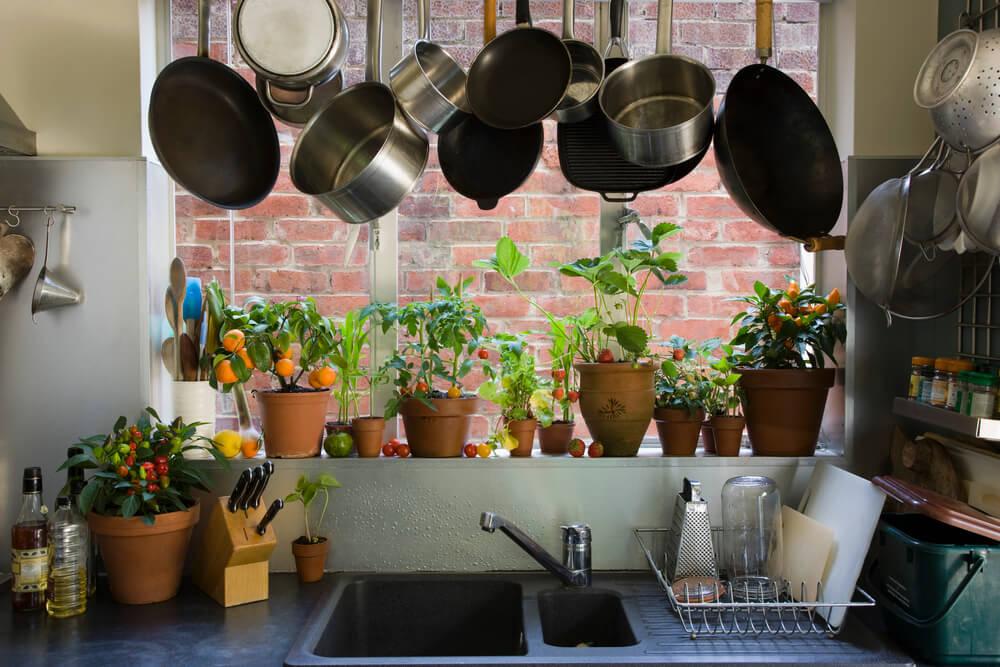 Töpfe und Pfannen hängen in der Küche von der Decke